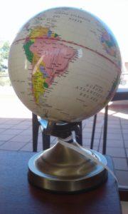 Universetts Midte eller en stakkarslig satellitt? Uansett er den vår jordklode.